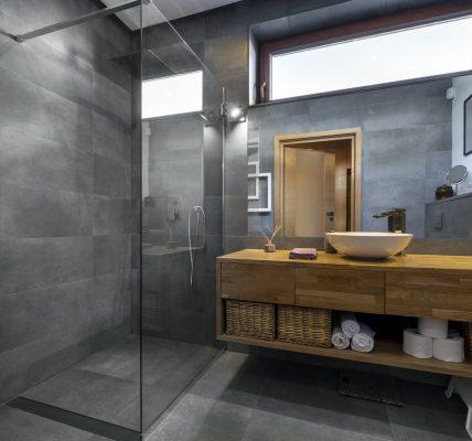 Odprowadzanie wody w łazience minimalistycznej